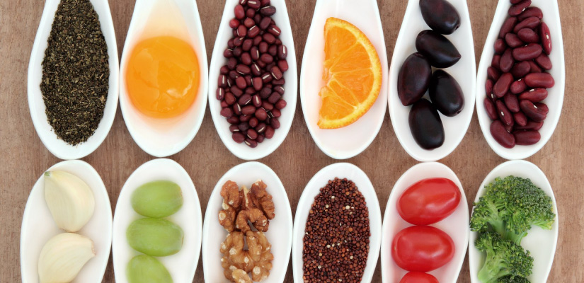 This picture shows foods like fruits and vegetables with a good choice for cycling nutrition.